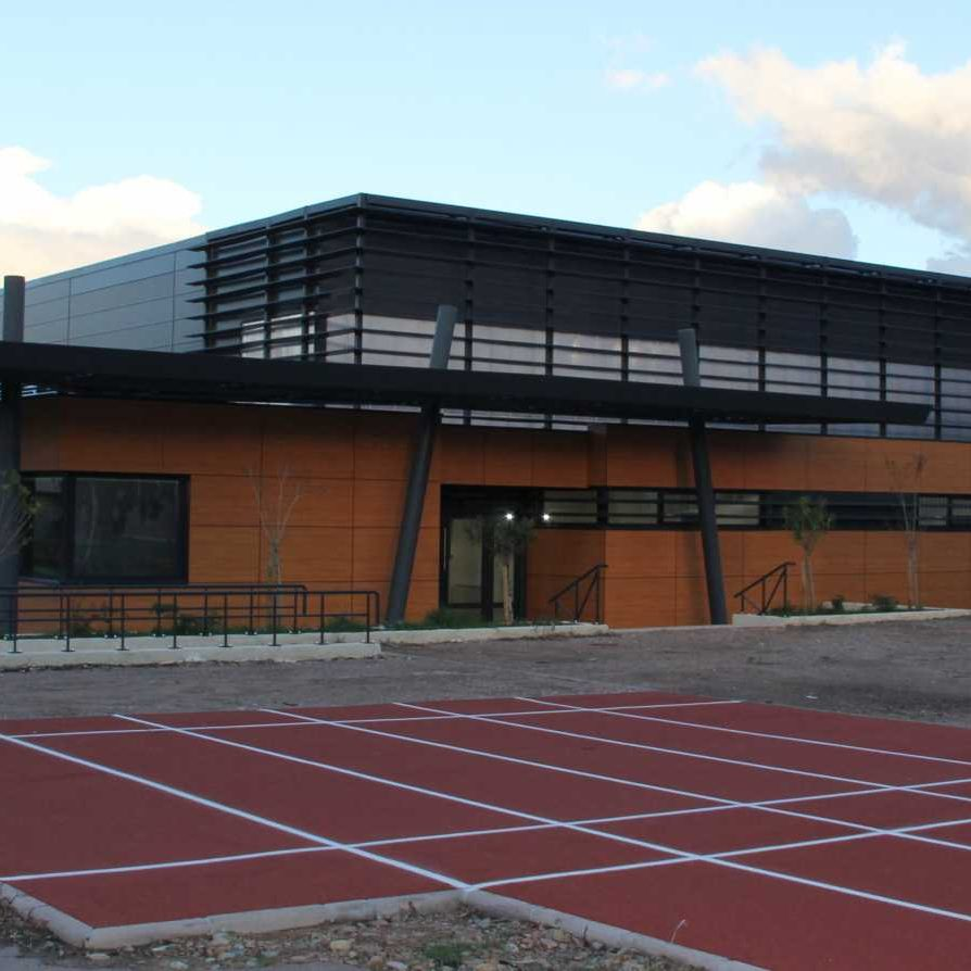 -Construction d'une salle de sport semi-spécialisée  à Porto-Vecchio  (2A) Maîtrise d'ouvrage : Collectivité territoriale de Corse. Architecte DPLG : Campana François  Surface Hors Œuvre :   2 200 m²  - Coût des Travaux :   2 000 000 euros HT